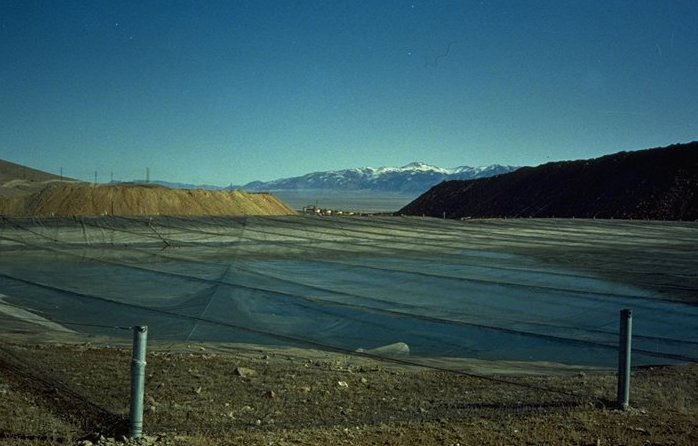 Gold heap leach pad in Nevada. Credit: Wikimedia Commons/Metallos~commonswiki